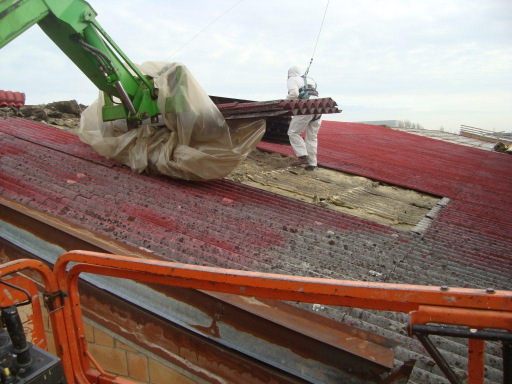 Rimozione e smaltimento del manto di copertura in cemento amianto